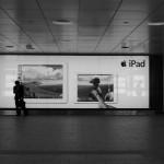 新宿西口地下のiPad広告